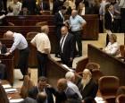 """نواب عرب في الكنيست يمزقون قانون """"القومية"""""""