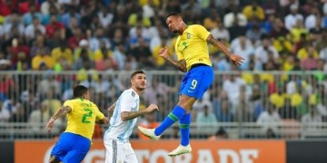 البرازيل تلدغ الأرجنتين في النزع الأخير.. وتصالح جماهيرها بلقب سوبر كلاسيكو