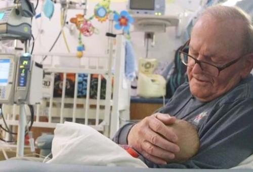 ثمانيني يتبرع باحتضان الأطفال داخل مستشفى أتلانتا بالولايات المتحدة