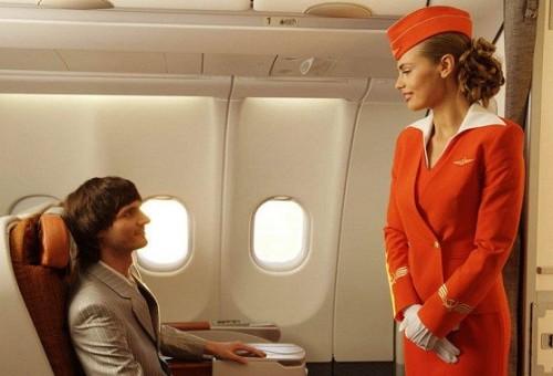 مضيفة طيران في دبي تهدد رجل أعمال بنشر صور زوجته مع عشيقها
