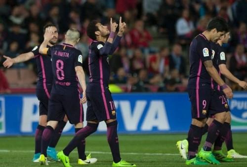 برشلونة يكتسح غرناطة برباعية ويلاحق ريال مدريد المتصدر