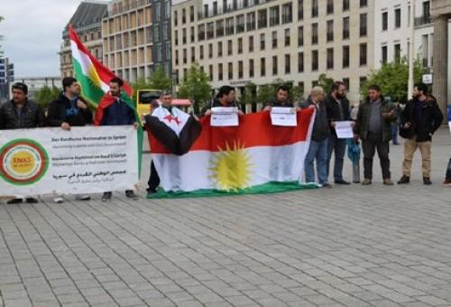 اكراد موالون لبارزاني يحتجون أمام السفارة الامريكية في برلين للتنديد بممارسات الـPYD ضدهم