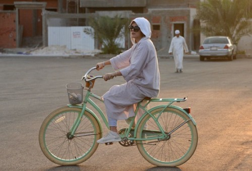 سعودية تتبنى التغيير في جدة بركوب دراجة هوائية
