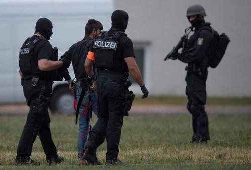 بالصور: وصول اللاجئ المتهم باغتصاب وقتل فتاة ألمانية الى مطار فرانكفورت