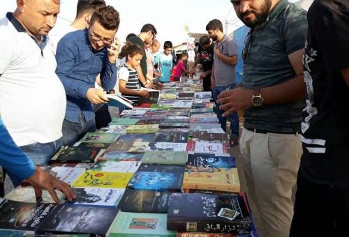 بالصور.. نازح جامعي يحمل مكتبته المتنقلة بين مخيمات النازحين الايزيديين في دهوك