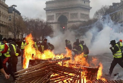 ماكرون يترأس اجتماع أزمة بحثا عن حلول لأعمال العنف في باريس
