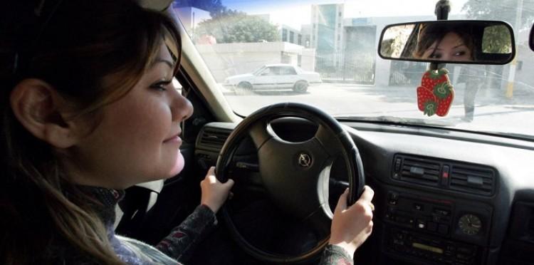 العراق: نساء يُنافسن الرجال في قيادة السيارات.. المجتمع يُغير نظرته